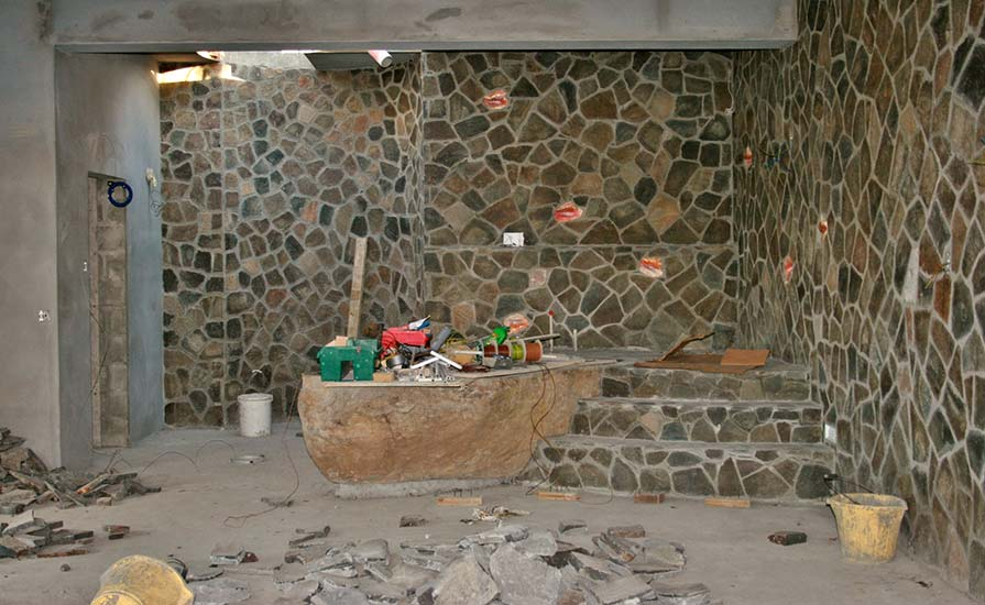 186a-The-natural-stone-wall-with-conch-shells-built-in