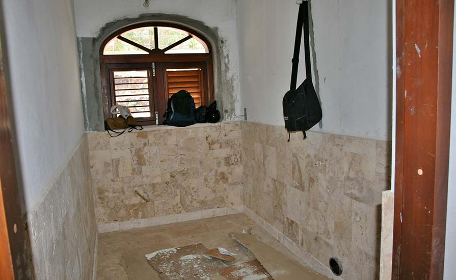 247a-Coral-tiles-in-the-main-house-bathroom